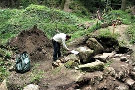 Der Archäologe Heiko Wagner hat die Außenmauern des salischen Wohnturms der Burg Waldenfels untersucht, nachdem die Heimatfreunde diese freigelegt hatten.