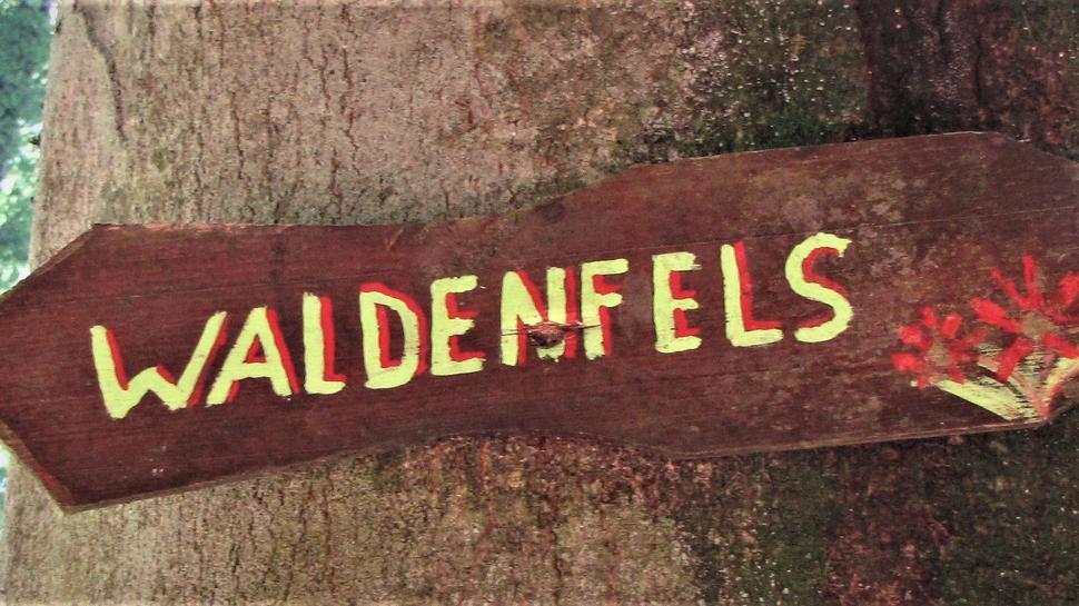 Nur noch ein kleines Schild weist auf die Burg Waldenfels hin, von den Ruinen ist kaum noch was zu sehen.