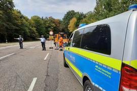 Eine Straßensperrung der Polizei auf der Zufahrt zum Epplesee in Rheinstetten.