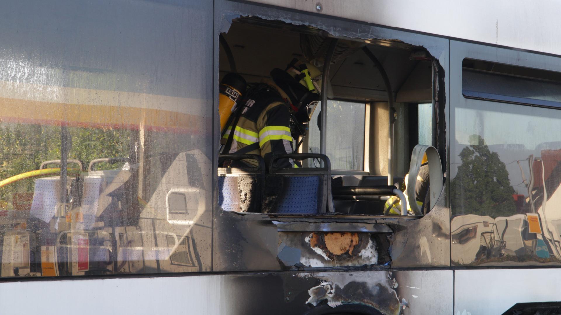 Feuerwehrmann in ausgebranntem Bus auf der B36 bei Rheinstetten.