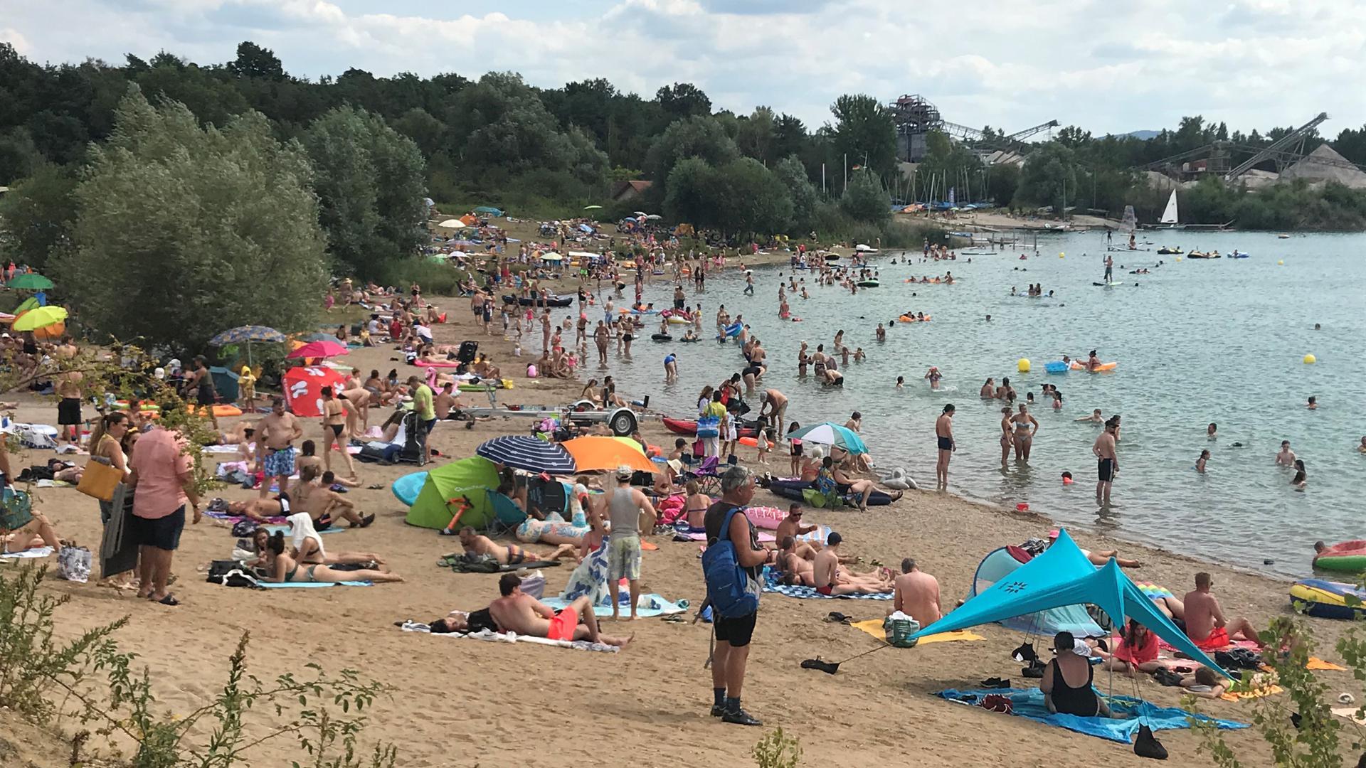 Am Sonntag herrschte am Epplesee reger Betrieb, die Parkplätze waren voll. Tausende Menschen bevölkerten die Strände.