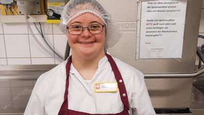 Linnéa Stützel liebt ihren Job in der Küche des Pflegeheims St. Martin in Forchheim.