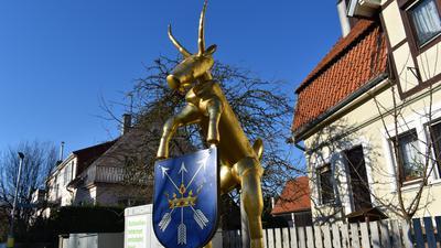"""Der Weierer Geißbock: Die Skulptur des Künstlers Peter Müller erinnert an die Anekdote, wie die Weierer zu ihrem Spitznamen """"Geißböck"""" gekommen sind."""