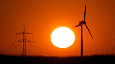 Rheinstetten  setzt stärker auf Ökostrom: Das Symbolbild zeigt eine Windkraftanage in der Abendsonne.