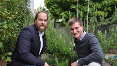 Zwei Männer im Kräutergarten