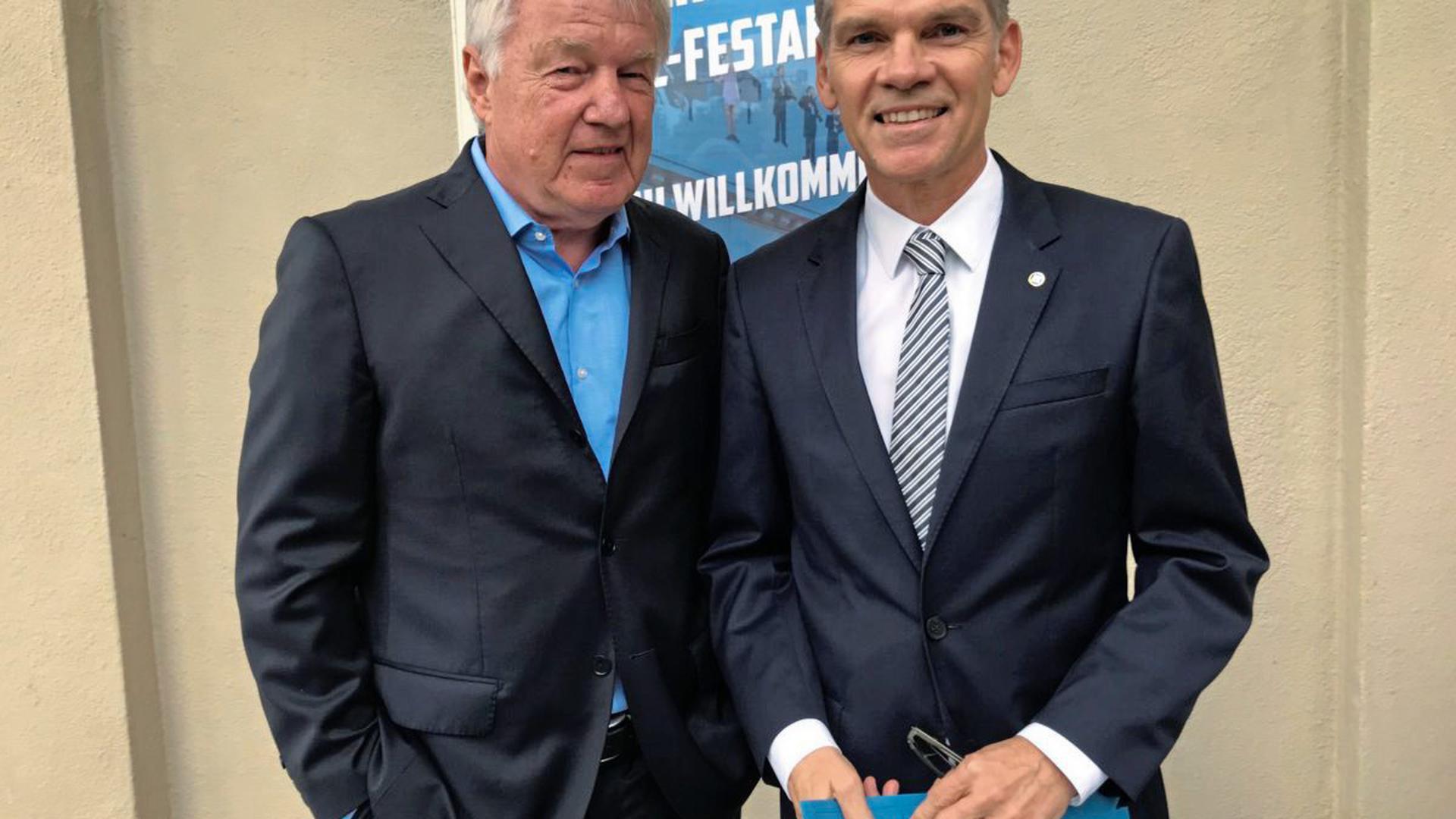 Rolf Kahn, Vater von Oliver Kahn, und Ingo Wellenreuther, KSC-Präsident.