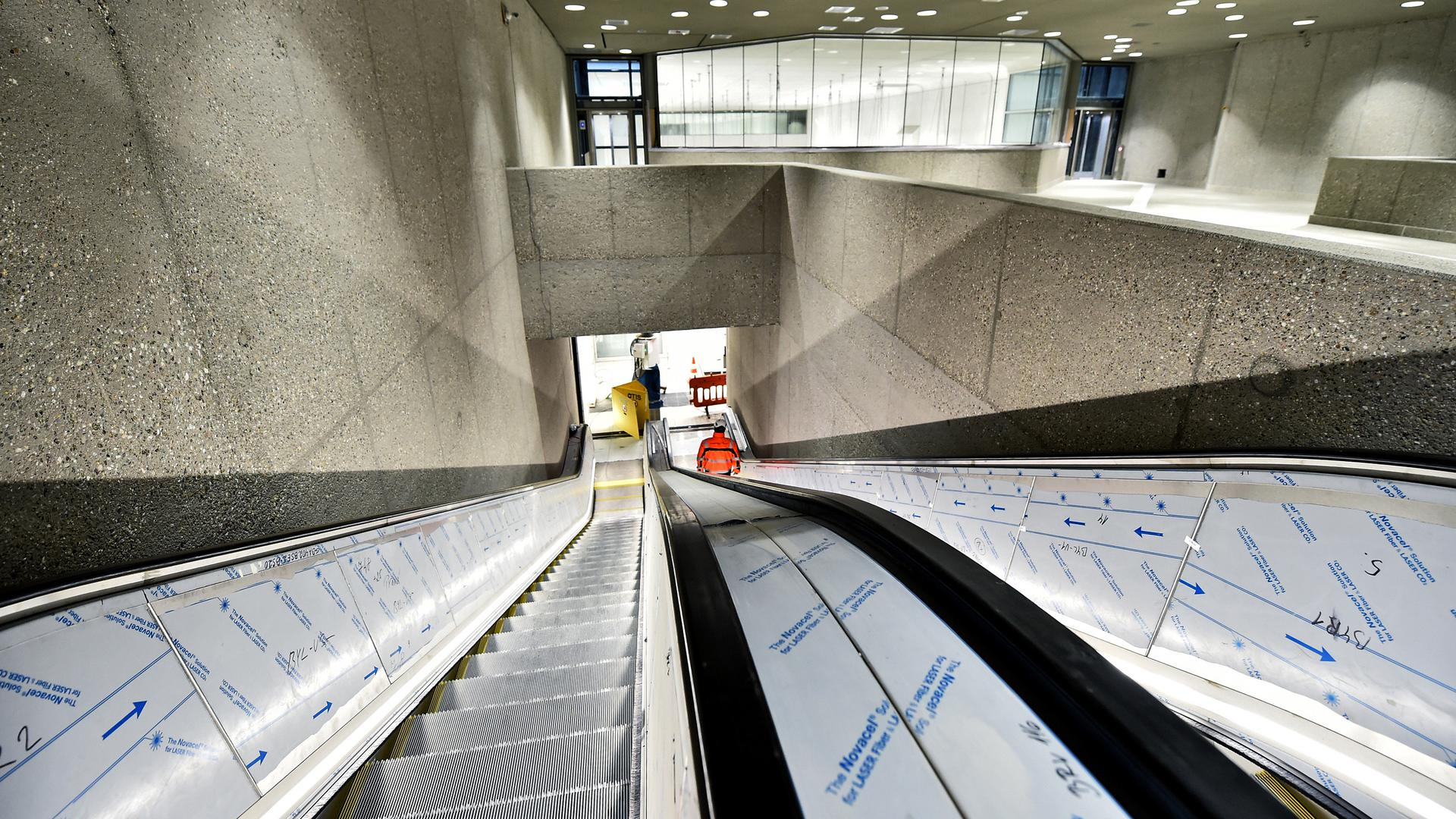 Rolltreppen führen von einer Zwischenebene der Kombilösung Karlsruhe zu der unterirdischen Haltestelle am Marktplatz.
