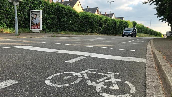 Solange kein Gegenverkehr kommt, ist für Fahrradfahrer und Autos auf der Steinkreuzstraße genügend Platz.