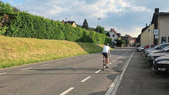 Da die Steinkreuzstraße in Wolfartsweier leicht abschüssig ist, können Radler in Richtung Ortsmitte ein hohes Tempo erreichen.