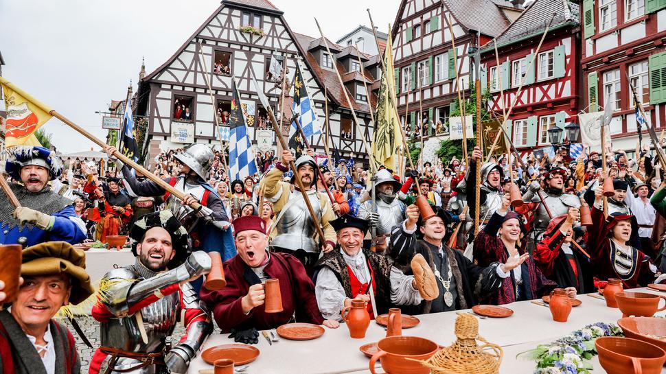 Jubel ohne Ende: In Bretten, nein: Brettheim, wird das Mittelalter gefeiert. Besser geht's nicht!