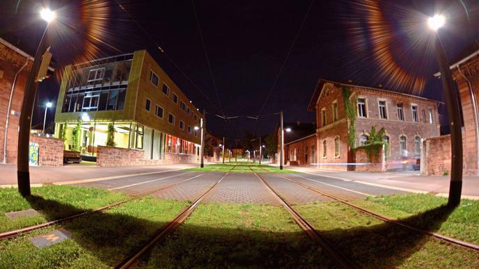 Die Straßenbahn der Linie 6 fährt durch den Alten Schlachthof.