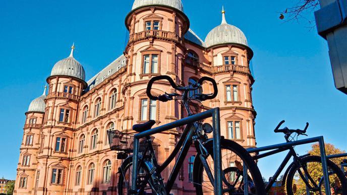 Viele Studenten kommen mit dem Fahrrad zur Hochschule für Musik, die sich im Schloss Gottesaue befindet.