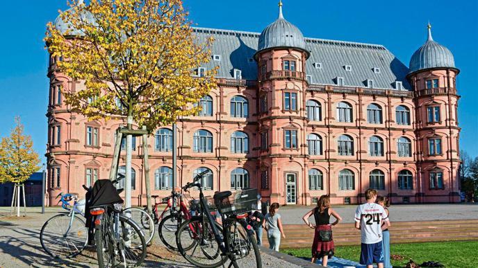 Das Schloss Gottesaue ist ein mehrfach zerstörtes und wiederaufgebautes Renaissance-Schloss, das sich auf dem Areal einer ehemaligen Benedektinerabtei in der Karlsruher Oststadt befindet.