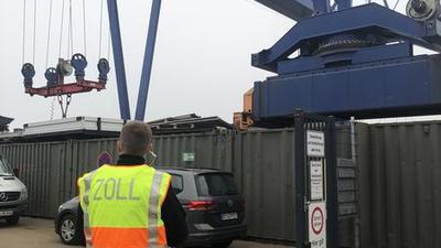Missbrauch von Sozialleistungen, illegaler Aufenthalt und weitere Verstöße fanden die insgesamt 122 Zollbeamten, die in Karlsruhe bei einer bundesweiten Finanzprüfung von Abfallbetrieben ermittelten.