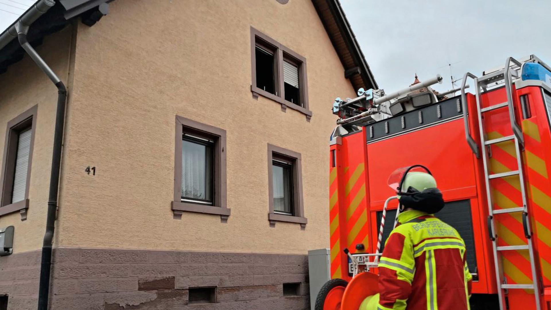 Bei einem Dachstuhlbrand in diesem Haus in Karlsruhe-Palmbach ist am Mittwoch eine 61-jährige Frau gestorben.