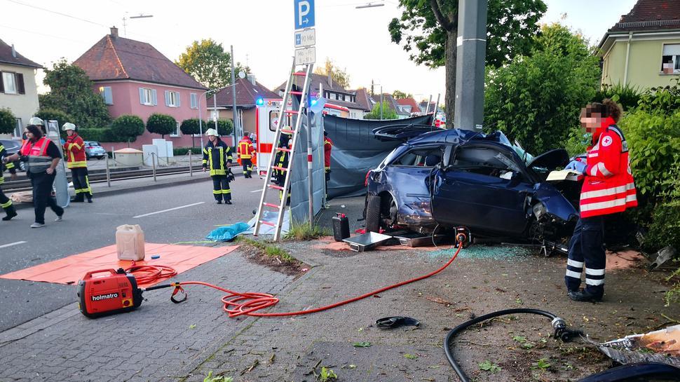 Bei einem Unfall in Karlsruhe-Grünwinkel sind am Donnerstagabend zwei Menschen ums Leben gekommen.