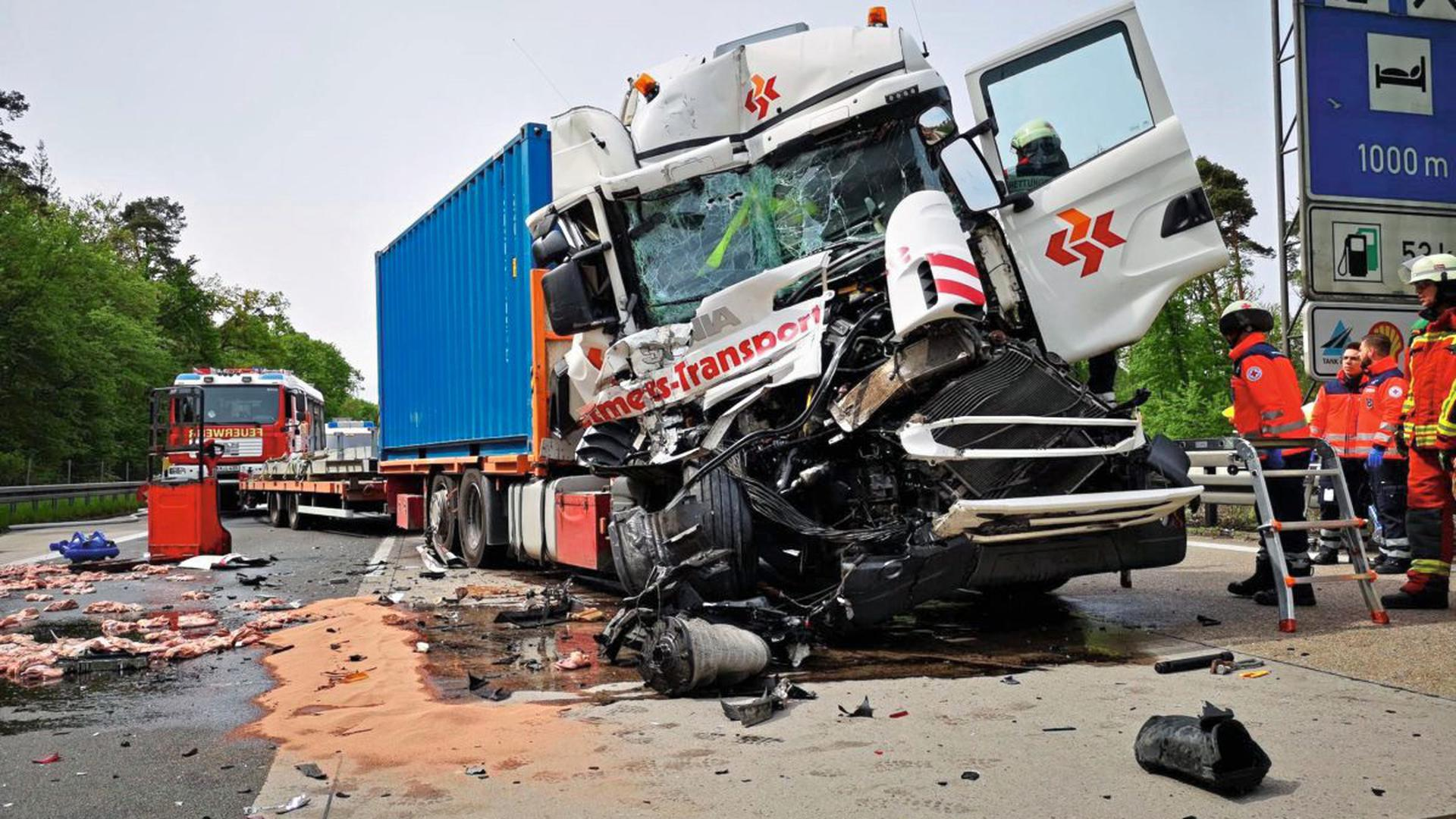 Ein Schwerverletzter, Stau von bis zu 20 Kilometern Länge und hoher Sachschaden waren die Folgen eines Auffahrunfalls zweier Lkw am Dienstagvormittag auf der A5 beim Rasthof Bruchsal.