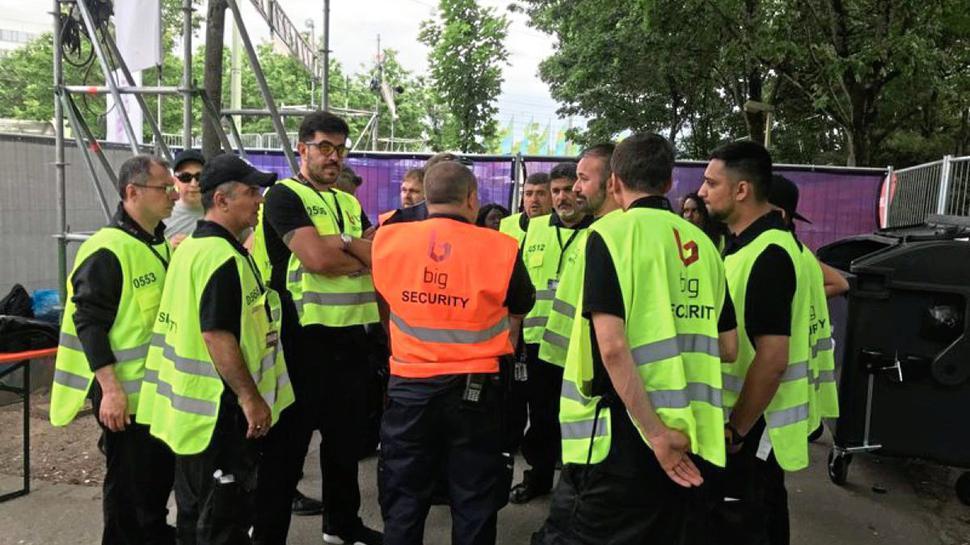 Security-Mitarbeiter bei der Besprechung.