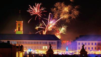 Etliche Menschen beobachteten das Silvesterfeuerwerk in Karlsruhe von der böllerfreien Zone am Schlossplatz aus.