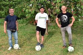 Tayfun Zeybekoglu, Damian Villacampa und Anastasios Fortomaris (von links) möchten auch weiter in der Halle Fußball spielen.