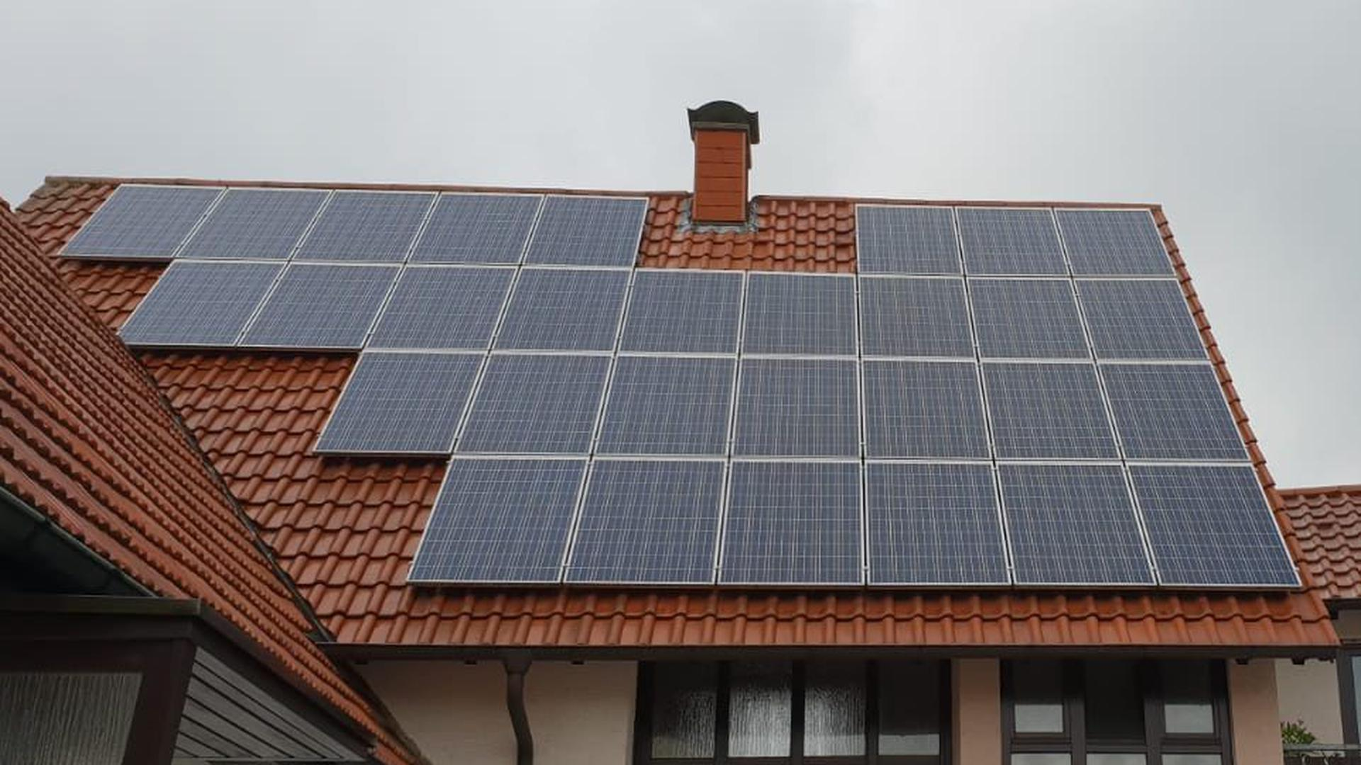 Die Sonne steht jedem zur Verfügung: Mit Photovoltaik-Anlagen auf dem Dach, wie hier bei einem Haus in Rheinstetten, produzieren zahlreiche Privatleute im Landkreis Karlsruhe ihre eigene Energie.