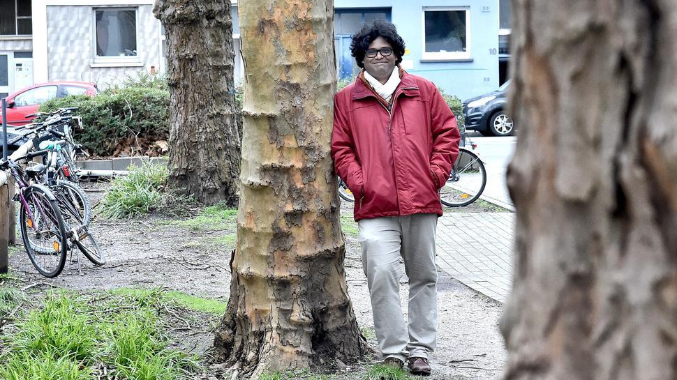 Der Förster und Forstwissenschaftler Somidh Saha an einer Karlsruher Platane - ein häufiger, aber nur bedingt zukunftsfester Straßenbaum. In Mannheim wurde der Baum immer wieder vom Massariapilz befallen.