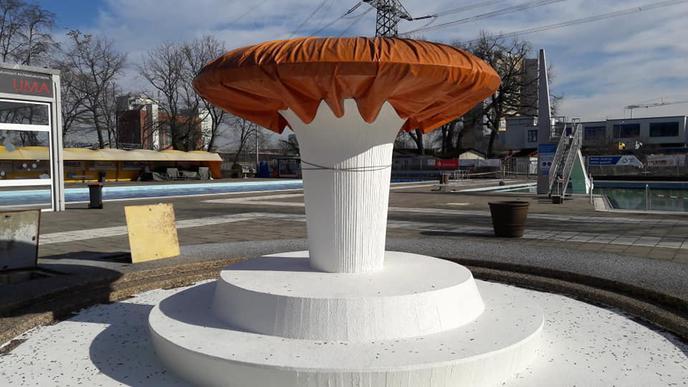 Der Massagebrunnen ist noch zugedeckt.