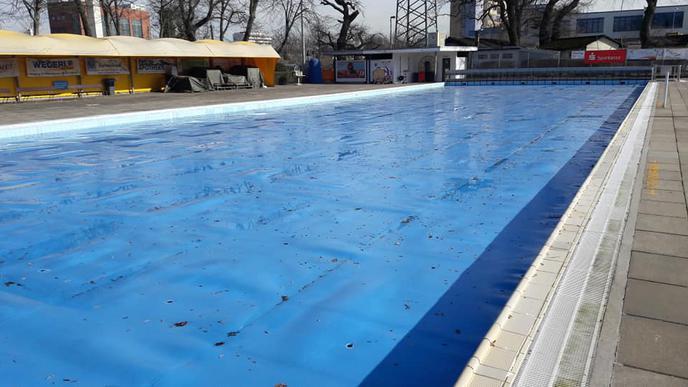 Die Plane bedeckt das Schwimmerbecken.