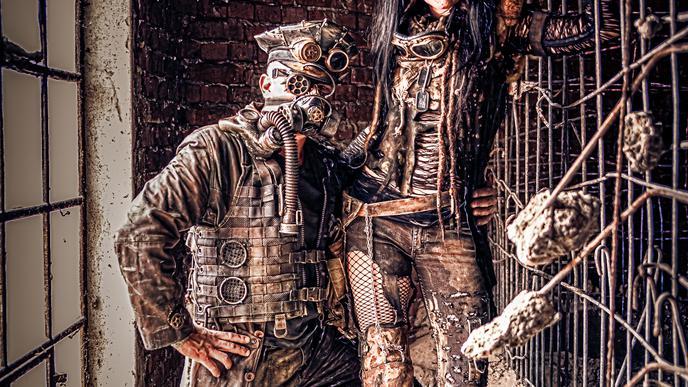 """""""Bei uns entwickelt es sich gerade eher in Richtung 'Endzeit'"""", sagen Etzel und Böck. """"Endzeitler"""" bewegen sich im Gegensatz zu klassischen """"Steampunks"""" in dystopischen Welten wie im Film """"Mad Max""""."""
