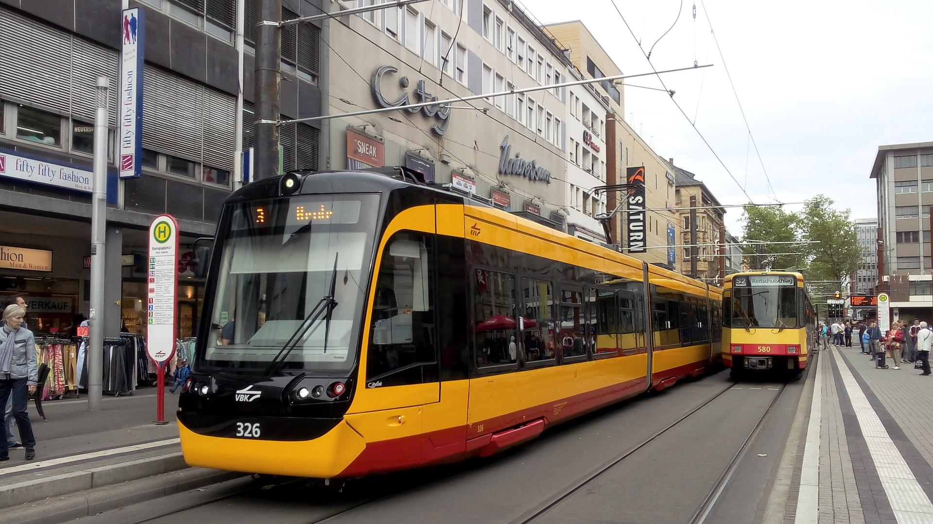 Eine Straßenbahn am Europaplatz.