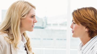 Zwei Frauen streiten sich.