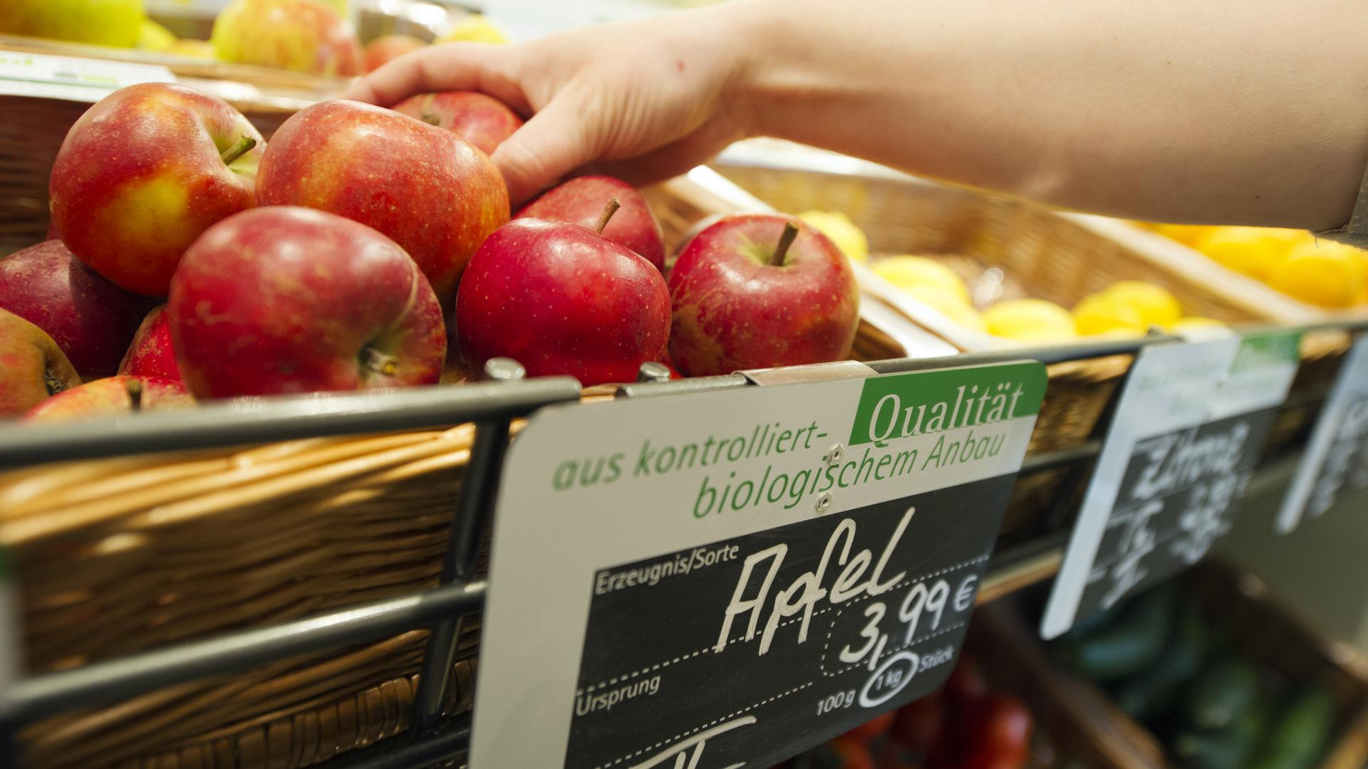 Kaufentscheidung: Landwirte müssen ihre ökologisch erzeugten Produkte auch anders vermarkten, als zuvor in der konventionellen Produktion. Supermärkte spielen weiterhin eine große Rolle.