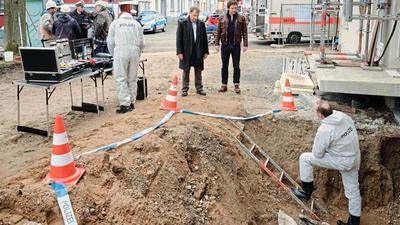 Leichenfund: Für den Stuttgarter Tatort stehen Richy Müller (3.v.r.) und Felix Klare (2.v.r.) in Daxlanden vor der Kamera.