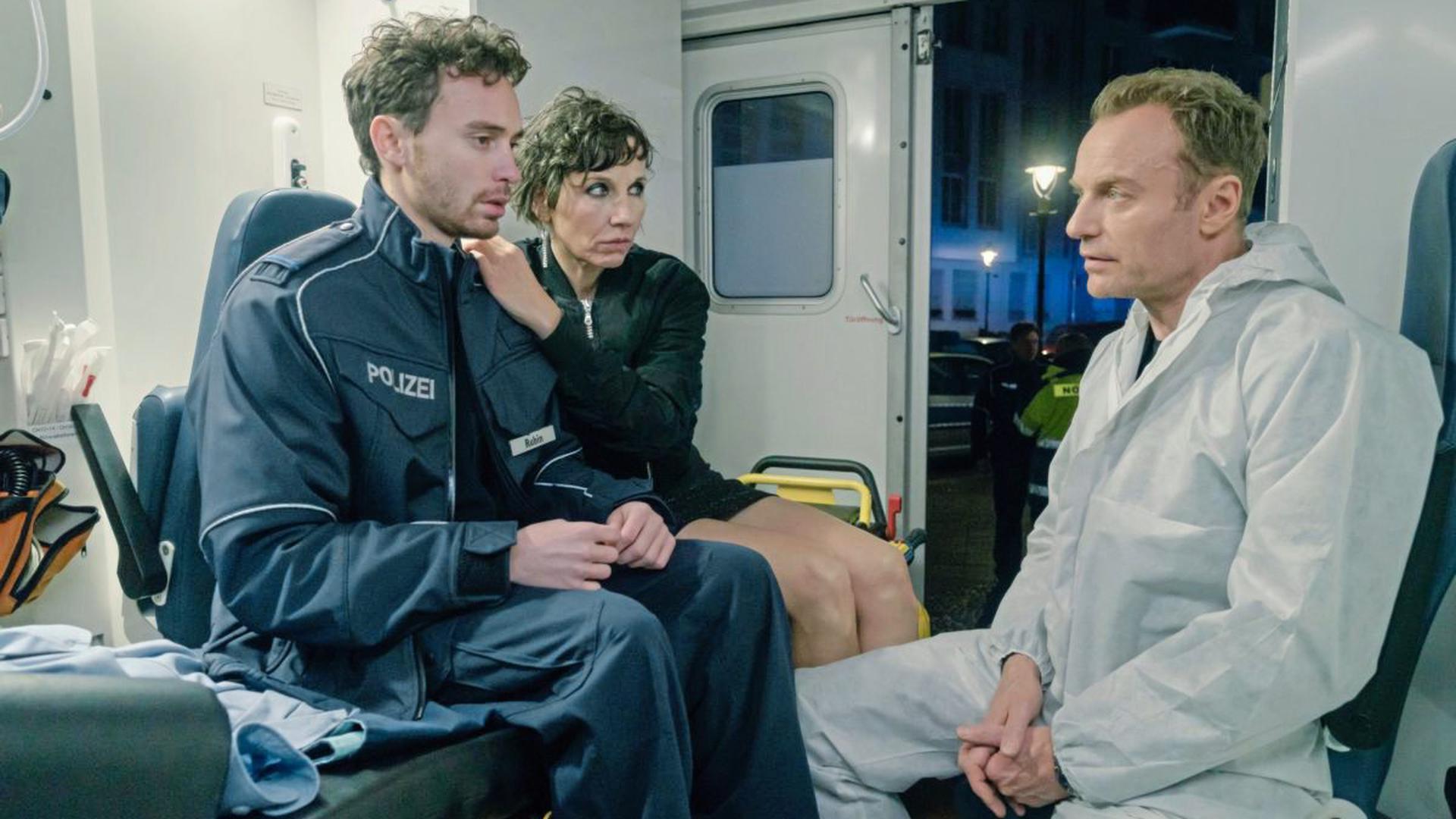 Nina Rubins (Meret Becker) Sohn Tolja (Jonas Hämmerle) wurde bei einem Einsatz der Streife angeschossen, traumatisiert sitzt der Praktikant mit seiner Mutter und dem ermittelnden Kommissar Karow (Mark Waschke) im Notarztwagen.