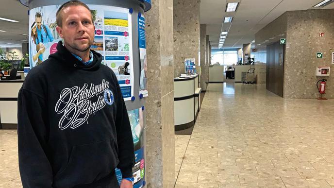 """KSC-Fan Thomas Pecht vom Fanclub """"KSC-Fans im Osten"""" besuchte diese Woche das BNN-Verlagshaus in Karlsruhe."""