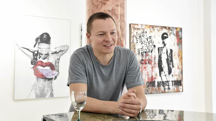 Christian Timm beim Gespräch in einer Karlsruher Galerie am Zirkel.