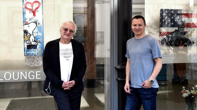Galerist Michael Oess mit Kunstsammler Christian Timm vor der Galerie von Oess in Karlsruhe.