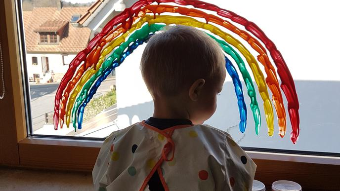 Auch Tina Raths Kleiner pinselt fleißig mit. Über dem Regenbogen grüßt ein Osterhase.