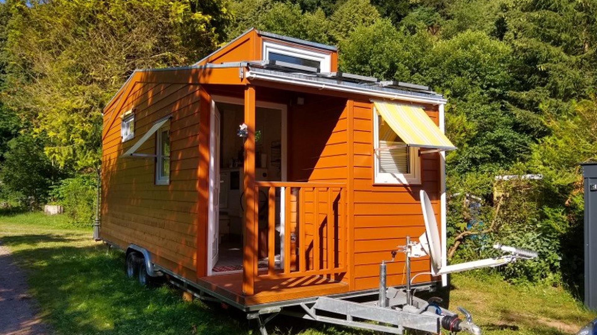 Klein, aber mein – viele Tiny-House-Besitzer wollen gerne auf ganz kleinem Raum, dafür aber flexibel und naturnah wohnen. Dieses kleine Eigenheim ist das erste, das auf einem Campingplatz bei Ettlingen dauerhaft zum Stehen kommen soll.