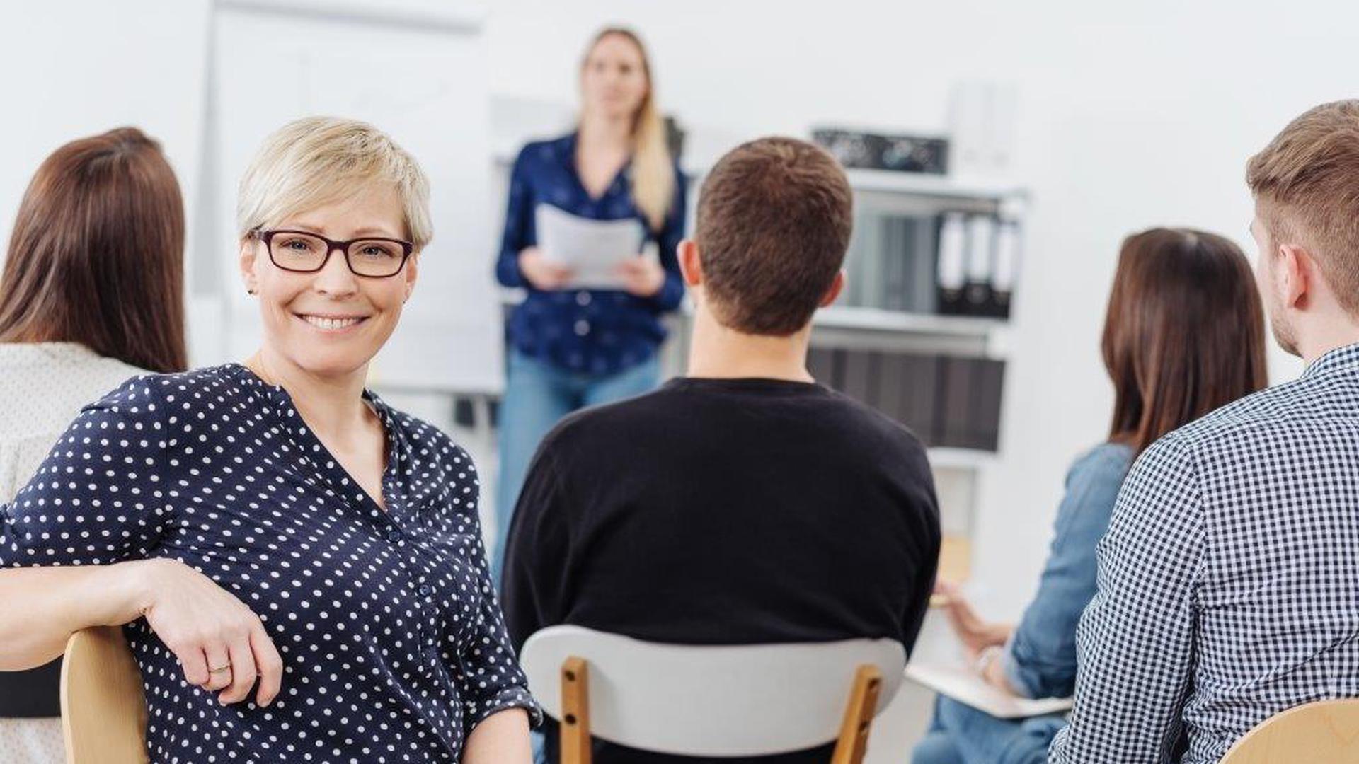 Egal, ob als Neuling im Arbeitsleben oder als erfahrene Fachkraft: Eine nebenberufliche Weiterbildung bietet zahlreiche Vorteile für Karriere und Entwicklung.