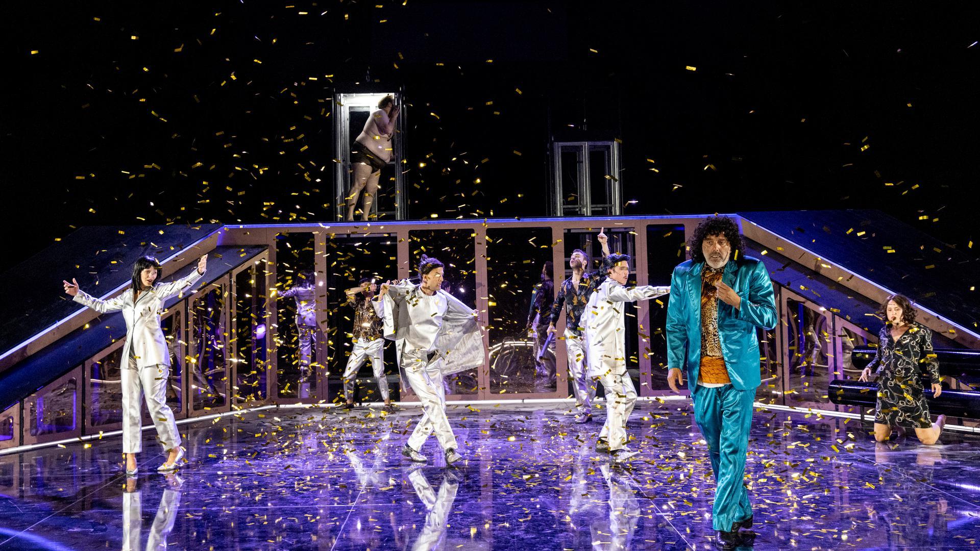 """Timo Tank (vorne rechts) als """"Toni Erdmann"""" am Staatstheater Karlsruhe, Premiere: 19.09.2021"""