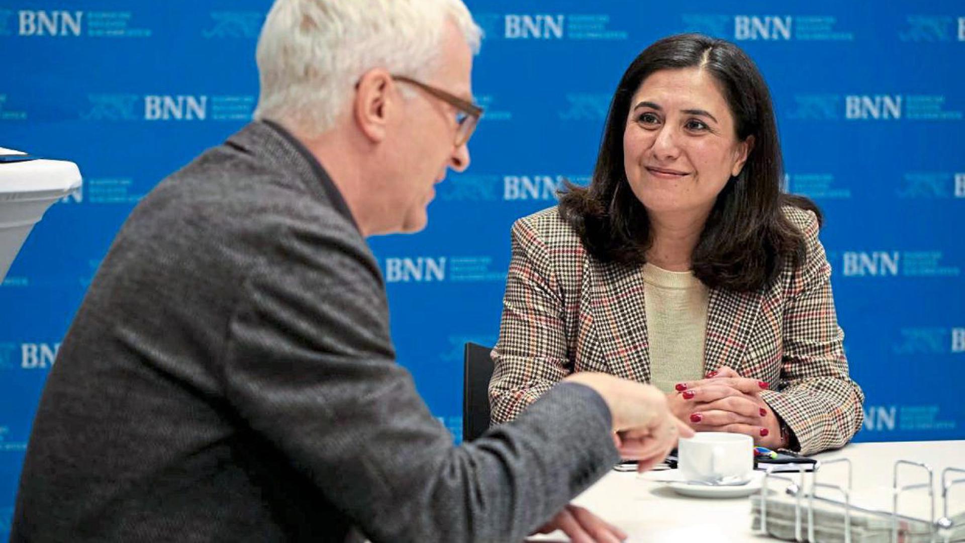 Die türkische Generalkonsulin Banu Terzioglu sprach in der Geschäftsstelle der BNN mit Stadtredaktionsleiter Theo Westermann über die Bildungschancen ihrer Landsleute.