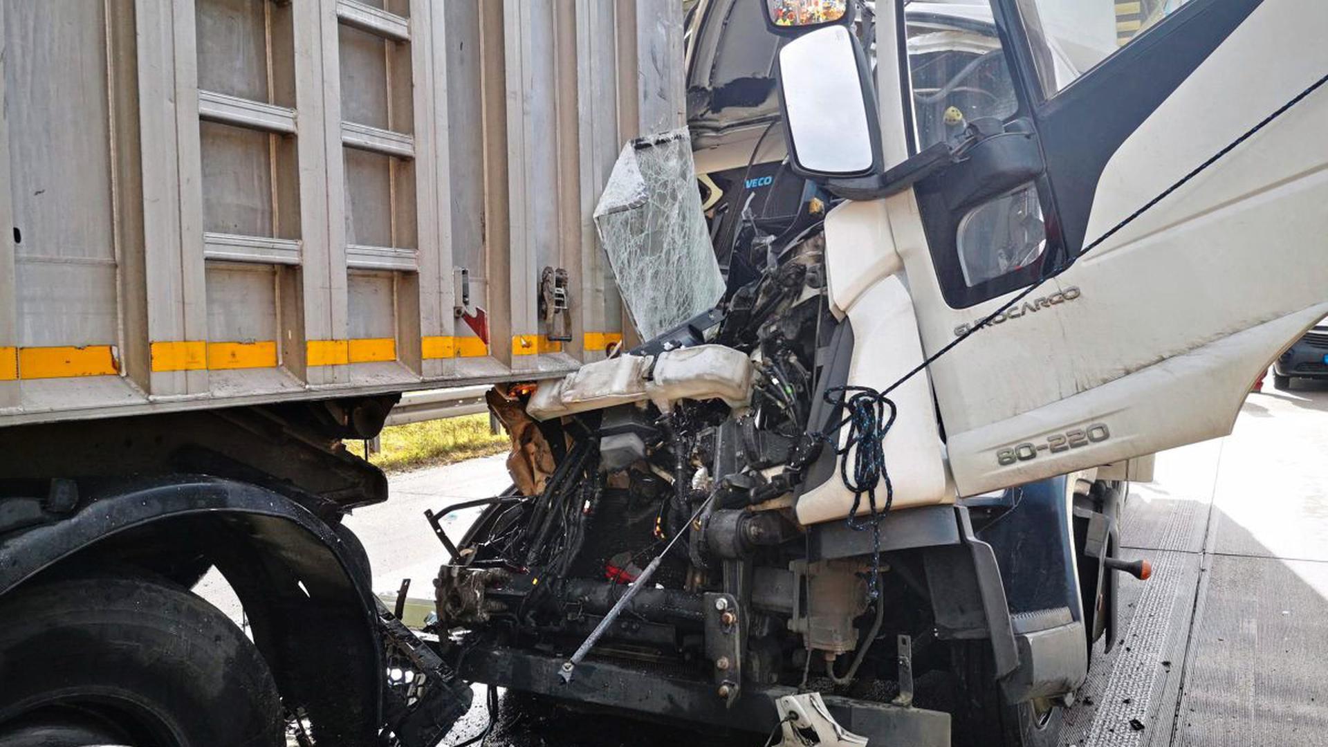 Lebend befreien konnte sich der Fahrer eines Lkw aus diesem zertrümmerten Führerhaus.