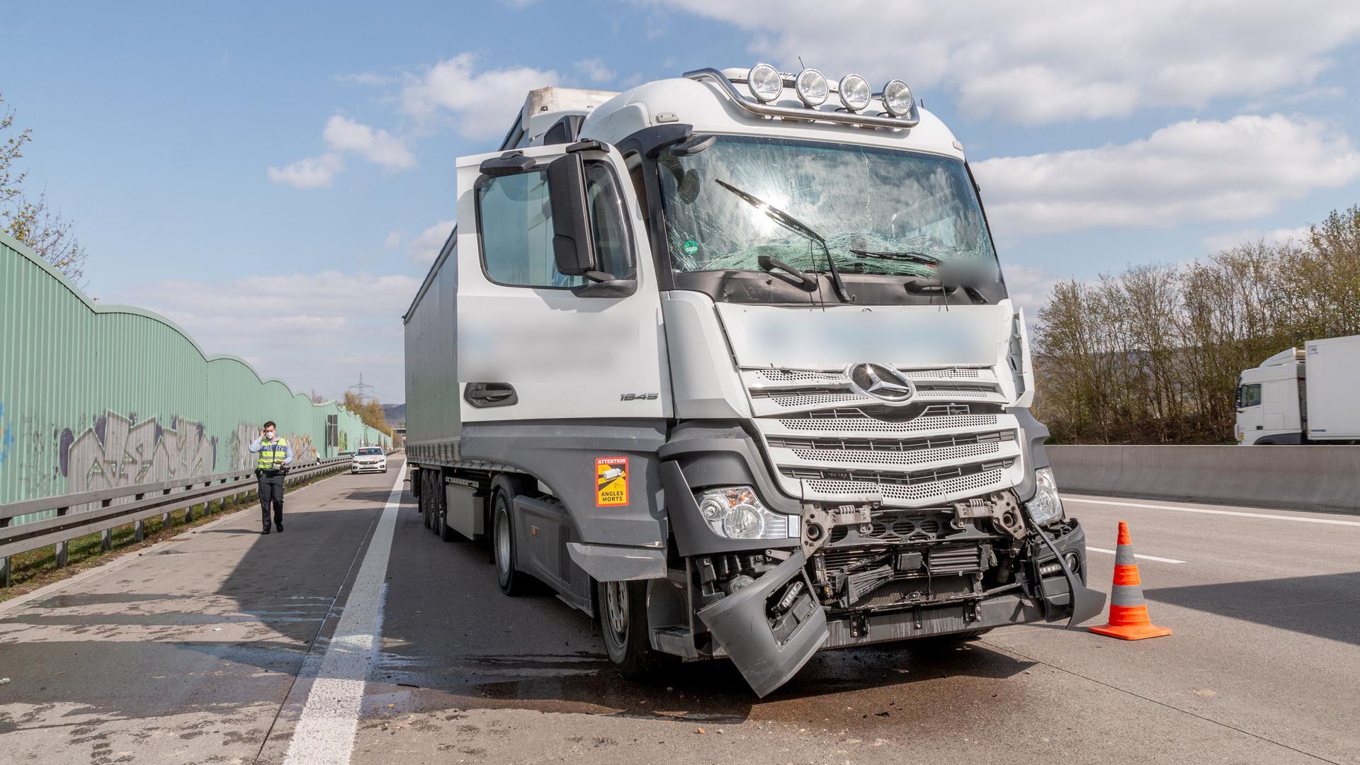Ein Lkw nach einem Unfall auf der A5 bei Karlsruhe