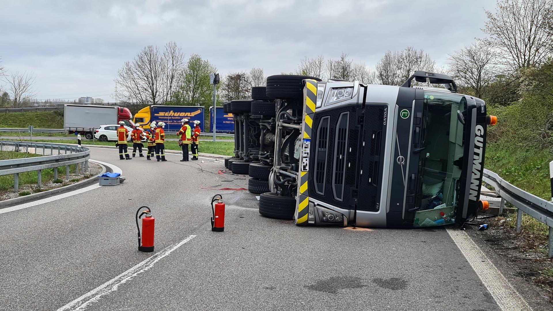 Umgestürzter LKW blockiert Auffahrt A5 bei Karlsruhe-Süd