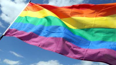 Regenbogenfahne weht im Wind.