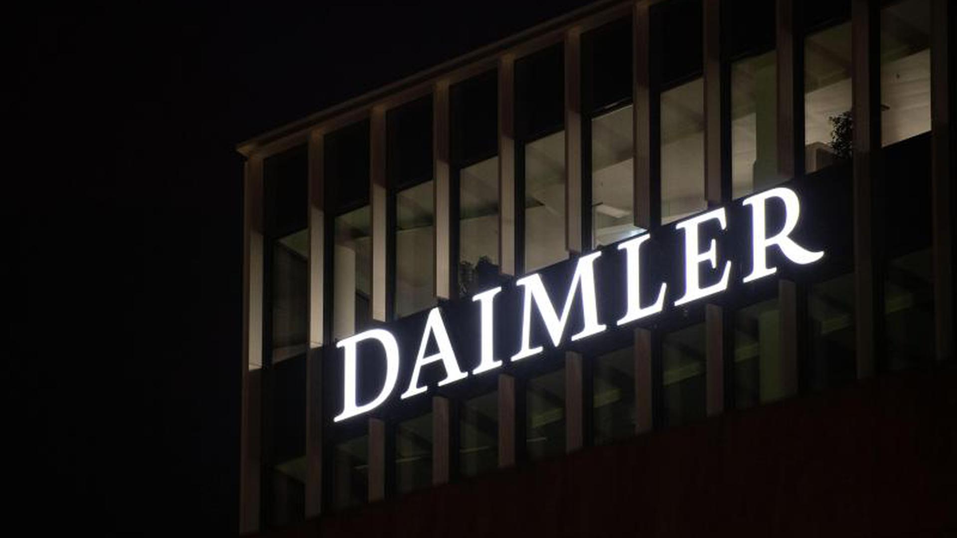 Logo der Daimler-AG an der Konzernzentrale
