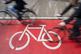 Radfahrer fahren auf einem Radweg.