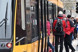 Fahrgäste steigen in Karlsruhe in eine Stadtbahn ein.