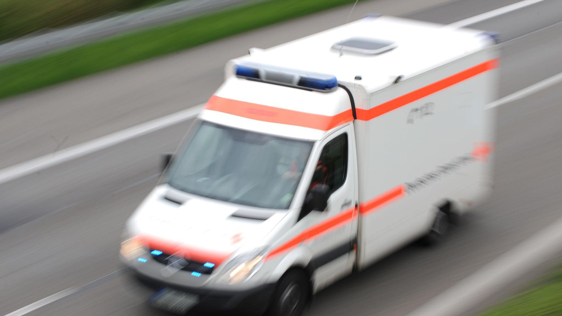 Ein Rettungswagen fährt während eines Einsatzes über eineAutobahn.